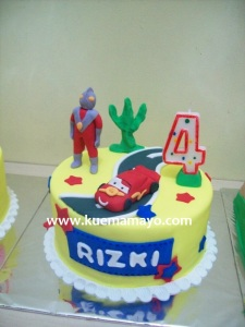 Cars dan ultraman cake
