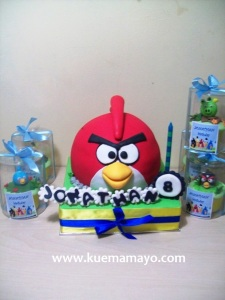 Angry bird cake and cupcake